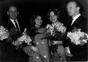 """Hans-Martin Majewski, Gertraud Jesserer, Romy Schneider und Rolf Thiele 1958 bei der Premierenfeier zum Film """"Die Halbzarte"""""""